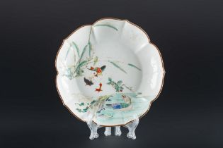 ARTE GIAPPONESE  An enameled porcelain dish painted with a pond with ducksJapan, 19th century .