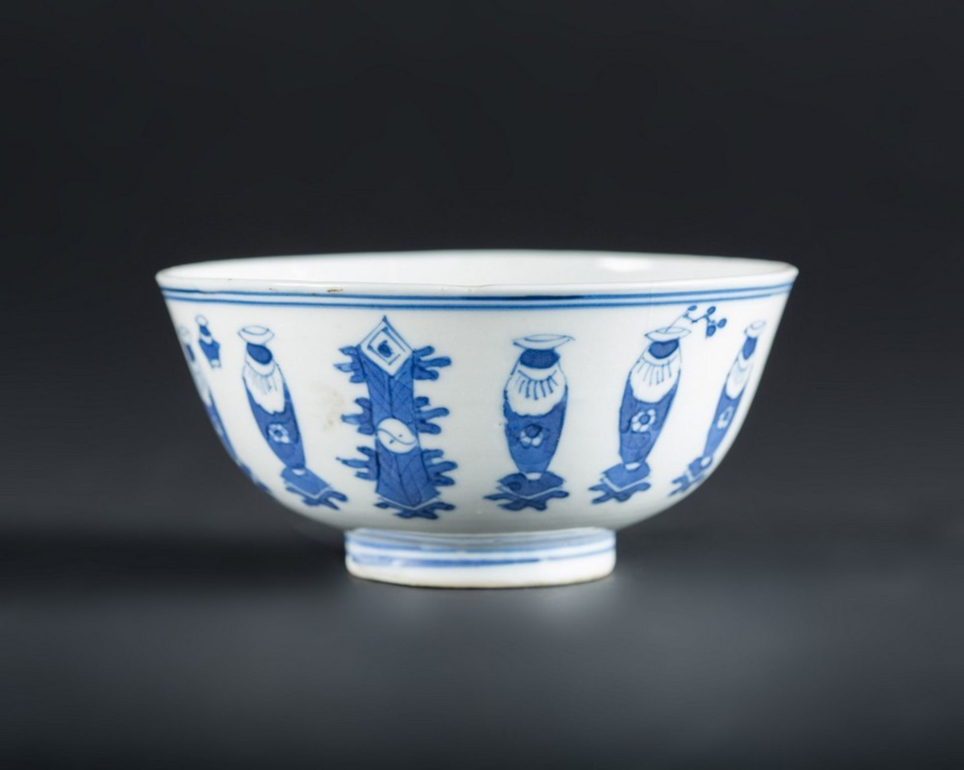 Arte Cinese A blue and white porcelain bowl painted with antiques and bearing a mark at the base Ch