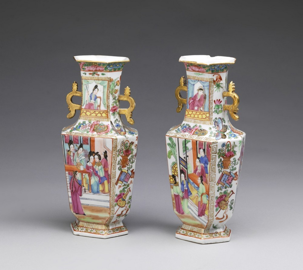 Arte Cinese A pair of porcelain Canton faceted vasesChina, Qing dynasty, early 19th century .