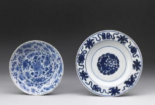 Arte Cinese  Two blue and white porcelain dishes painted with flowers China, Qing dynasty, early 17t