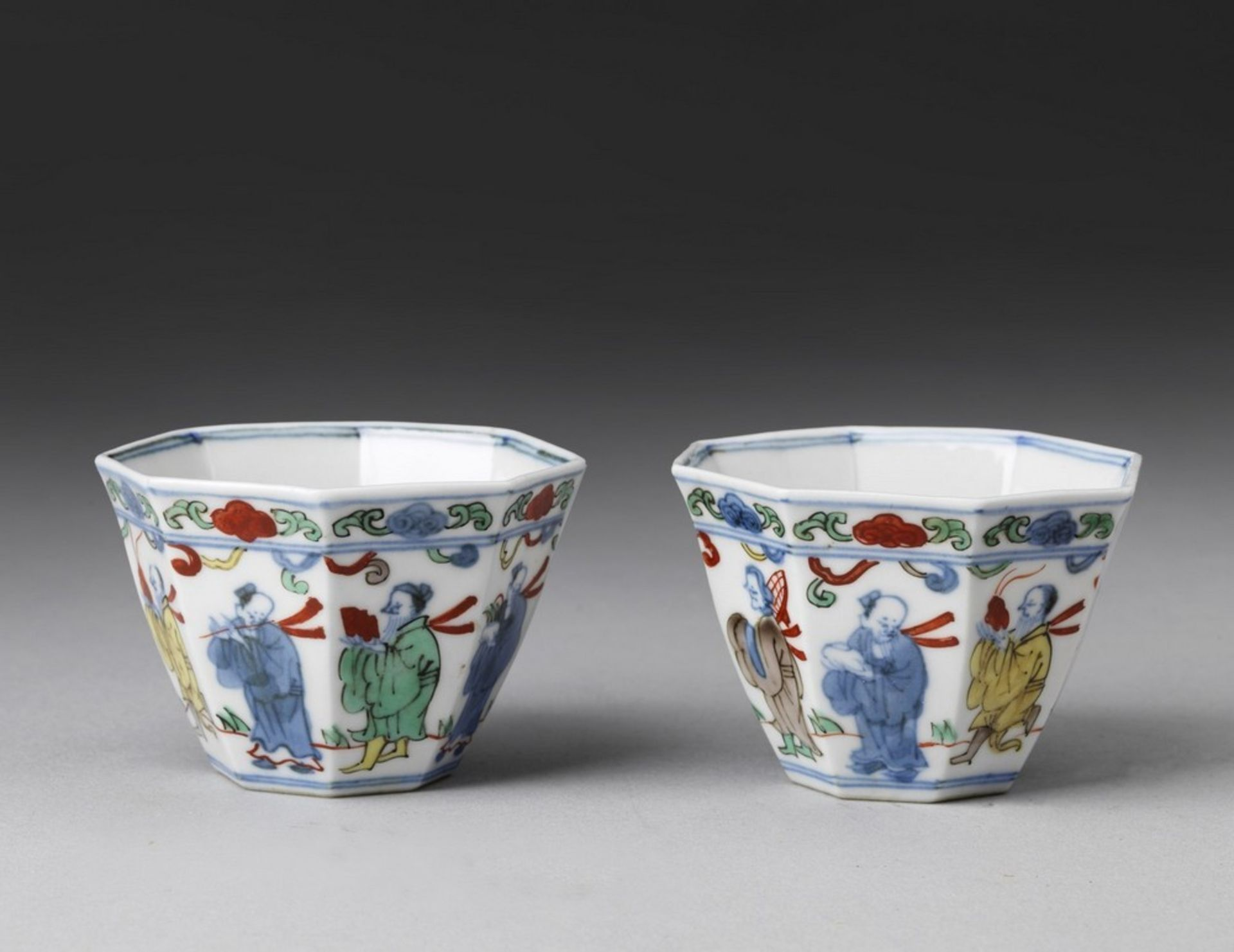 Arte Cinese A pair of wucai porcelain cups China, Qing dynasty, 18th century (?) . - Image 2 of 3