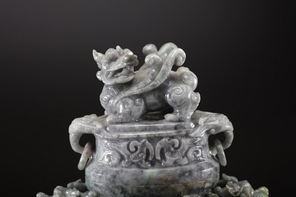 Arte Cinese A grey jadeite carved vase with archaic shape and decoration of taotie masks, chilong s - Image 2 of 5