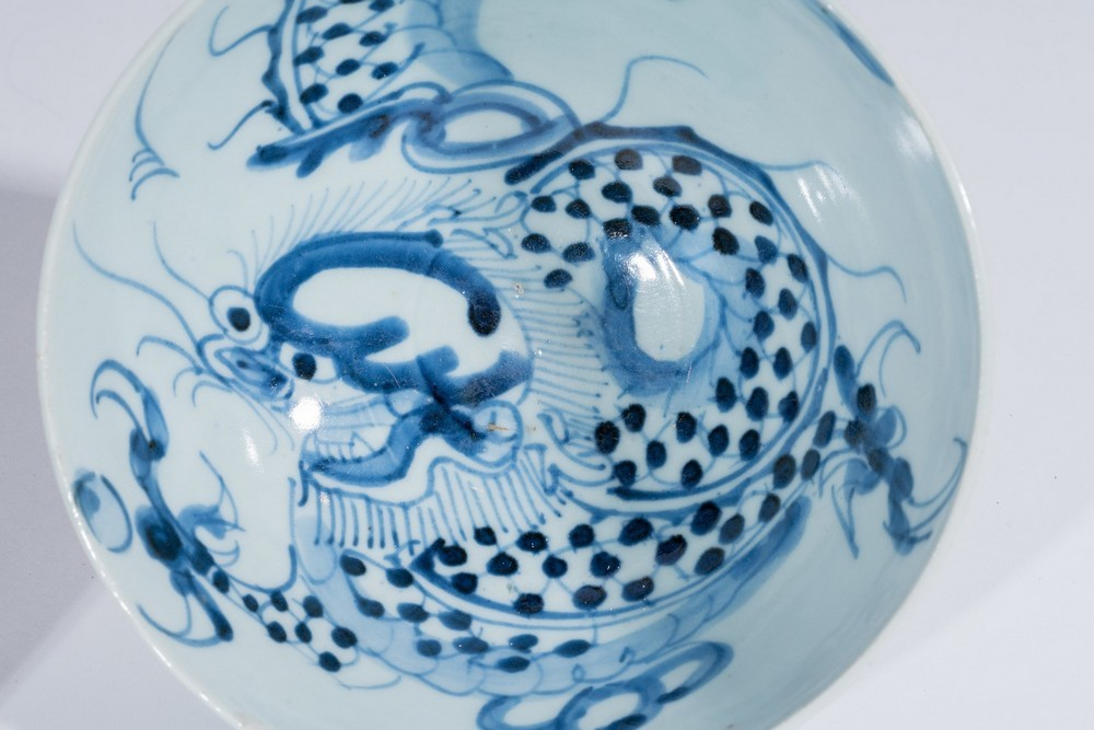 Arte Cinese Two blue and white porcelain bowls painted with dragon and flowers under transparent gl - Image 3 of 4