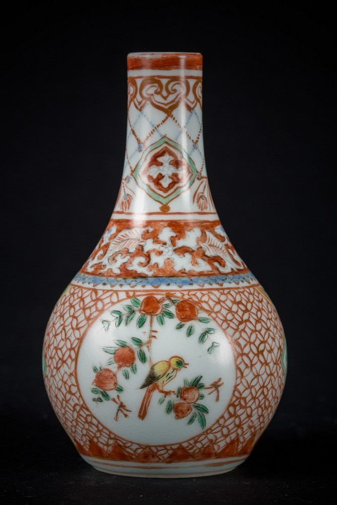Arte Cinese A small porcelain vase painted with enameled blue underglaze and red overglaze, bearing