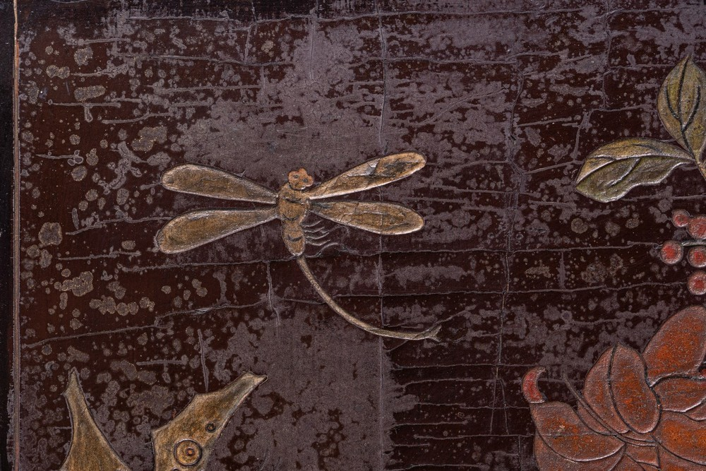 Arte Cinese A pair of wooden lacquered screens carved with flowers, rocks, butterflies and birdsChi - Image 2 of 3