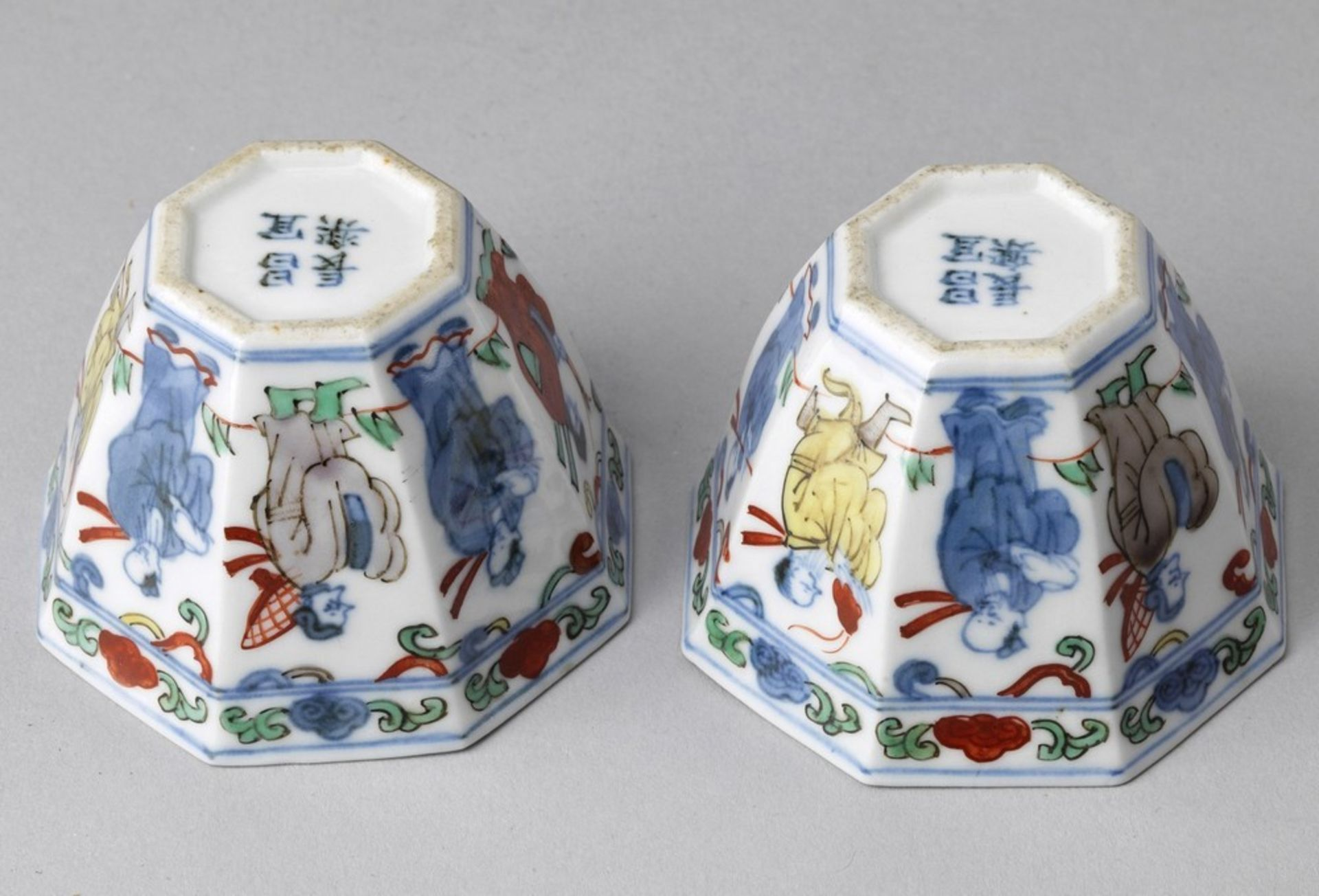 Arte Cinese A pair of wucai porcelain cups China, Qing dynasty, 18th century (?) . - Image 3 of 3