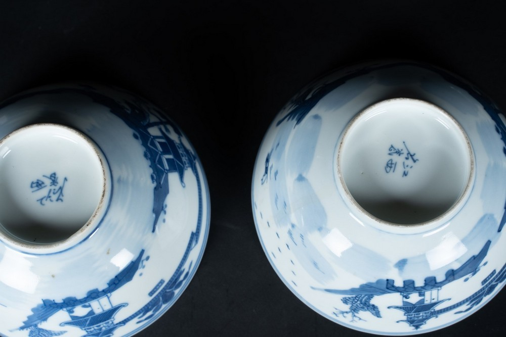Arte Cinese A pair of blu and white porcelain cups painted with landscape and bearing four characte - Image 3 of 3