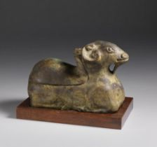 Arte Cinese  A zoomorphic bronze crouched figure China, 20th century .