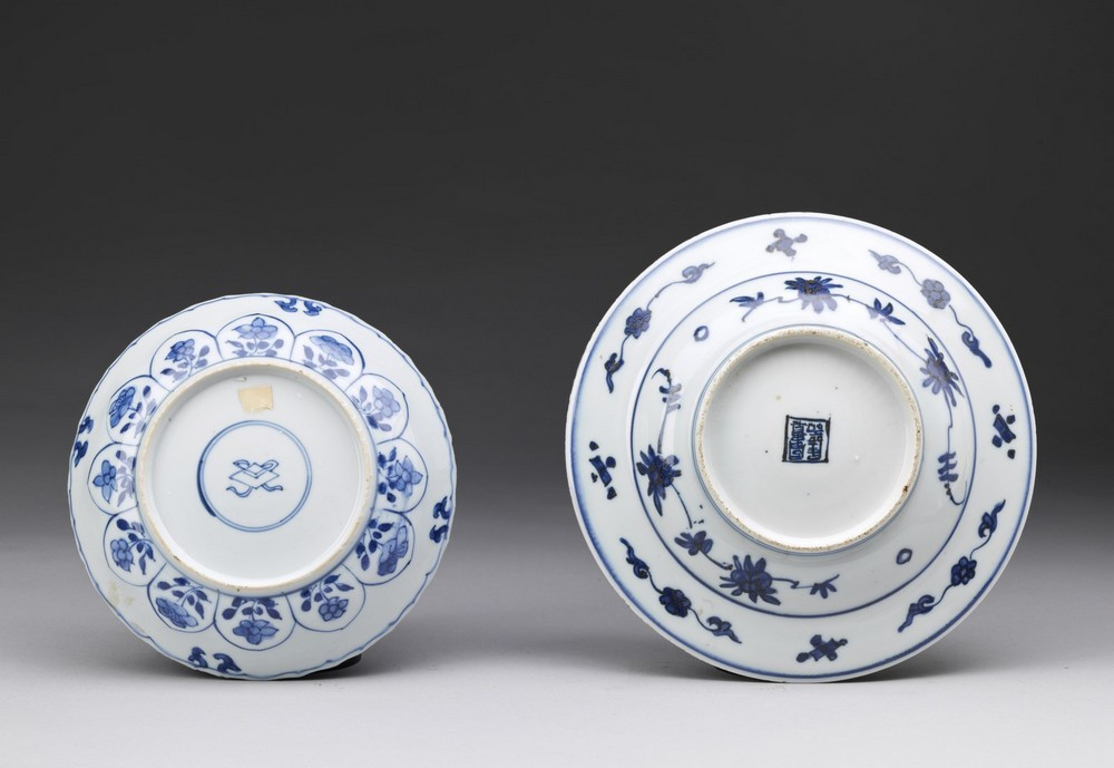 Arte Cinese Two blue and white porcelain dishes painted with flowers China, Qing dynasty, early 17t - Image 2 of 2