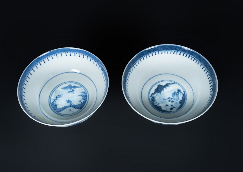 Arte Cinese A pair of blu and white porcelain cups painted with landscape and bearing four characte - Image 2 of 3