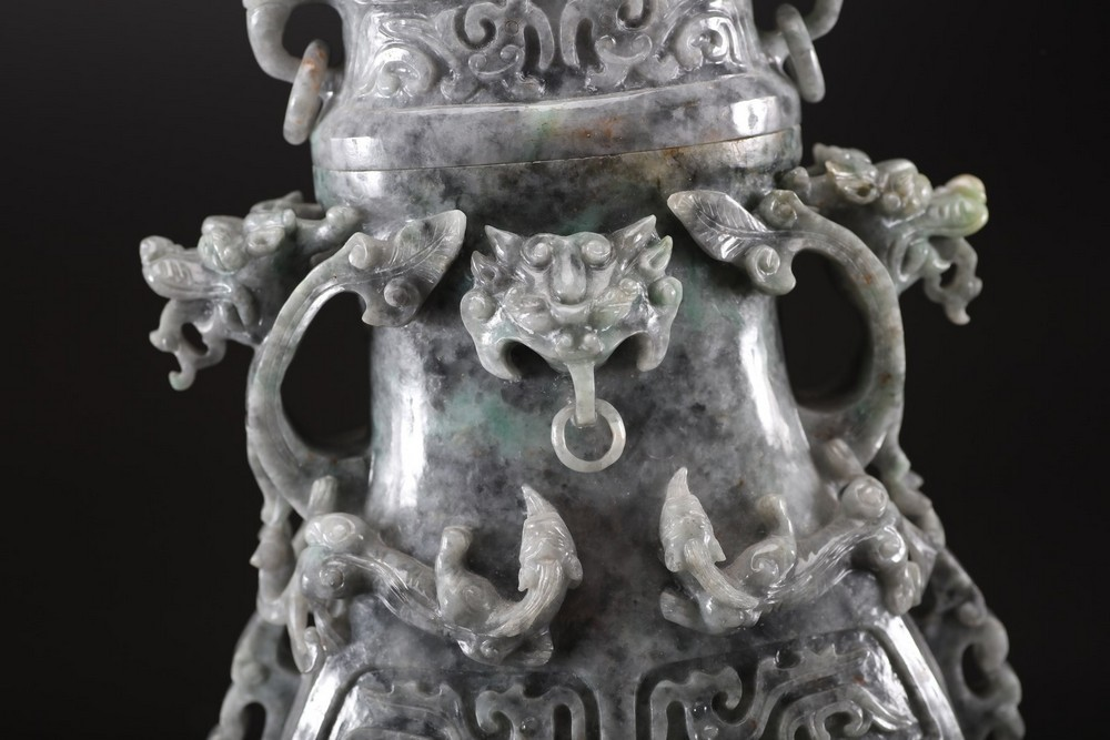 Arte Cinese A grey jadeite carved vase with archaic shape and decoration of taotie masks, chilong s - Image 4 of 5
