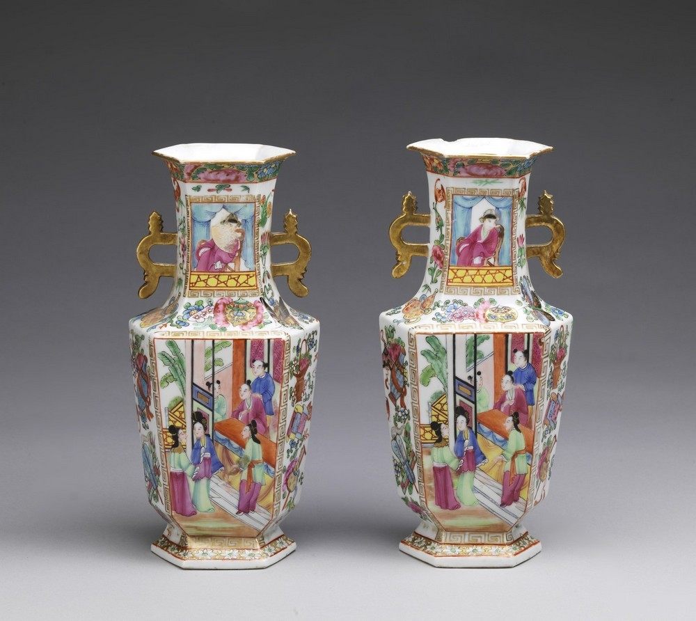 Arte Cinese A pair of porcelain Canton faceted vasesChina, Qing dynasty, early 19th century . - Image 2 of 4