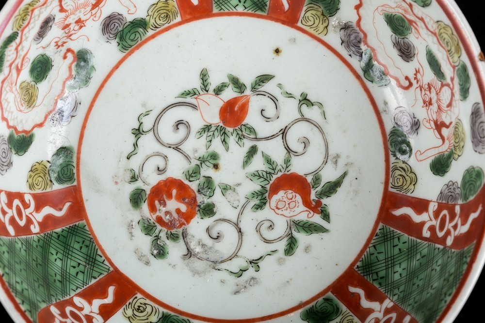 Arte Cinese A porcelain bowl enameled with dragons and vegetal motifs and bearing a mark within dou - Image 3 of 4