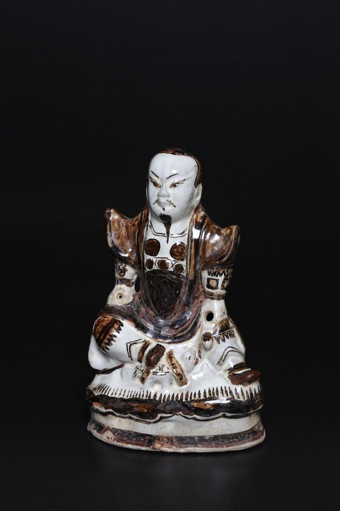Arte Cinese A porcelain statue depicting GuandìChina, Yuan/Ming dynasty, 14th - 16th century .