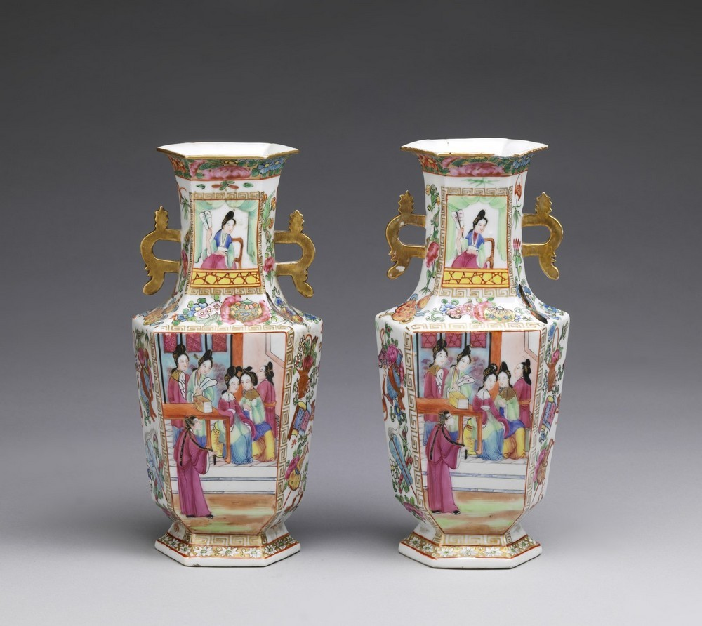 Arte Cinese A pair of porcelain Canton faceted vasesChina, Qing dynasty, early 19th century . - Image 4 of 4