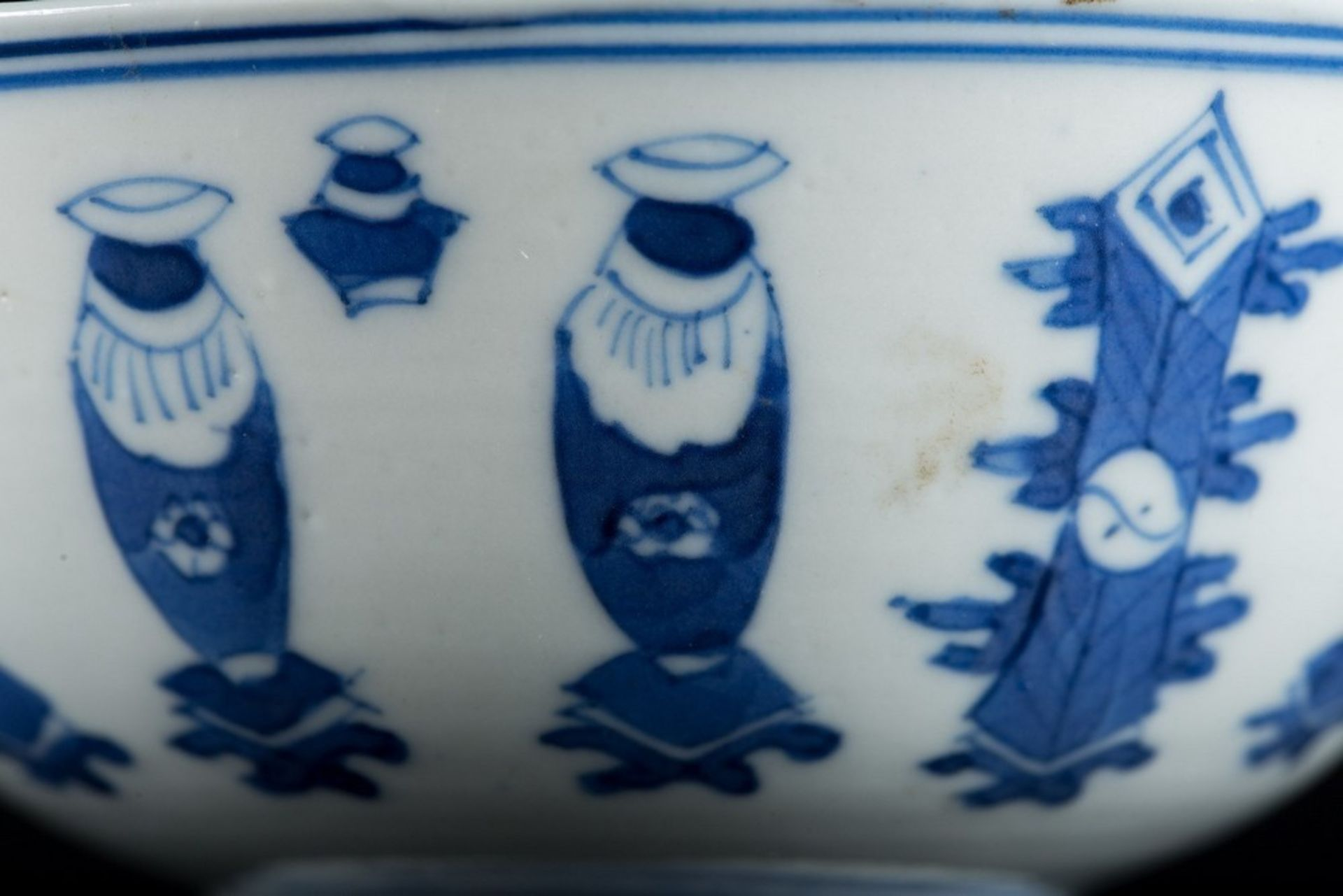 Arte Cinese A blue and white porcelain bowl painted with antiques and bearing a mark at the base Ch - Image 2 of 3