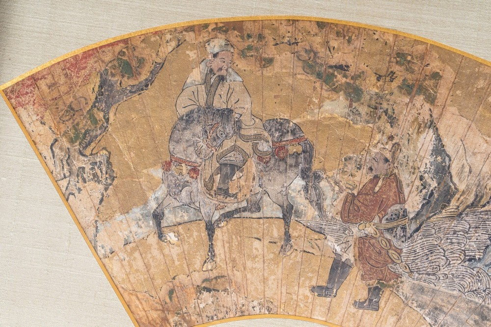 ARTE GIAPPONESE A paper folding fan decorated with characters riding Japan or Korea, 18th-19th cent - Image 3 of 3