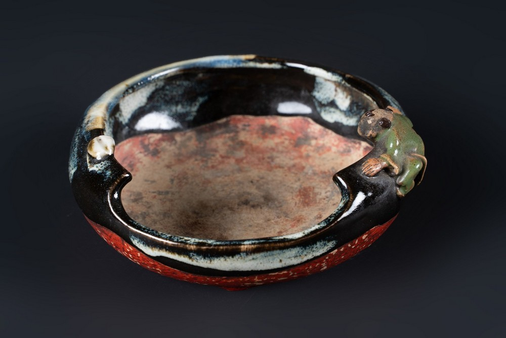 ARTE GIAPPONESE A tripod pottery bowl with brown and splashed glazeJapan, 19th century .