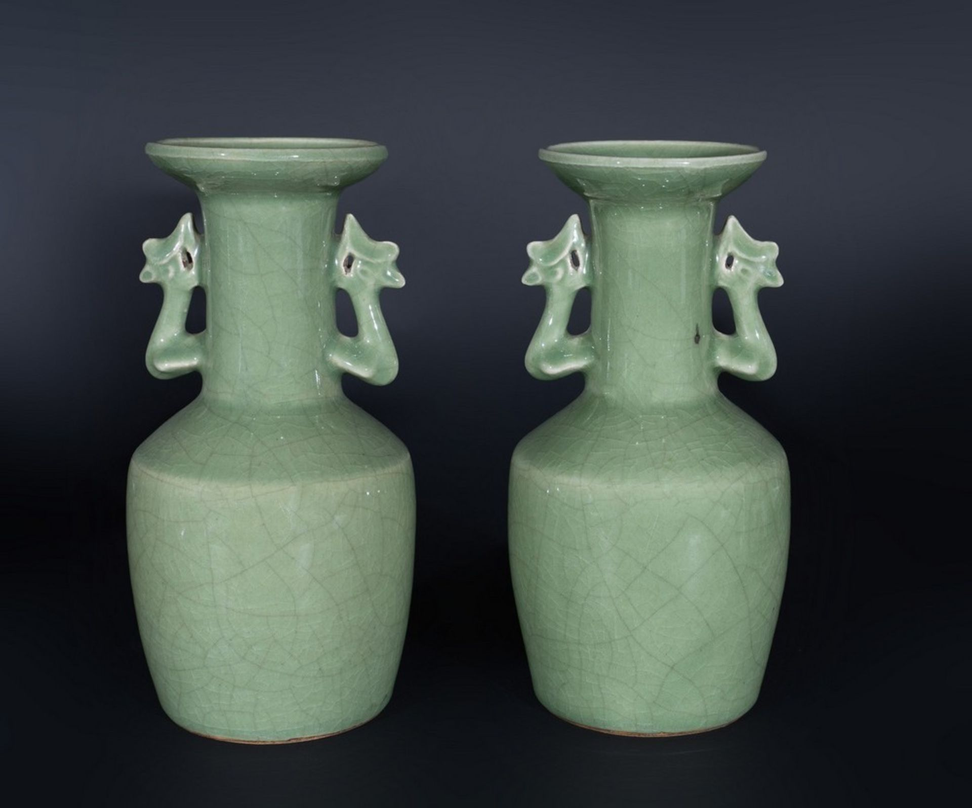 Arte Cinese A pair of celadon glazed pottery vases with zoomorphic handles China, Qing dynasty, 19t