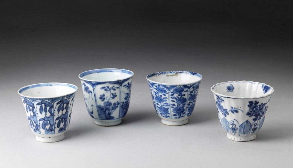 Arte Cinese A group of four blue and white porcelain cups China, Qing dynasty, early 17th century .