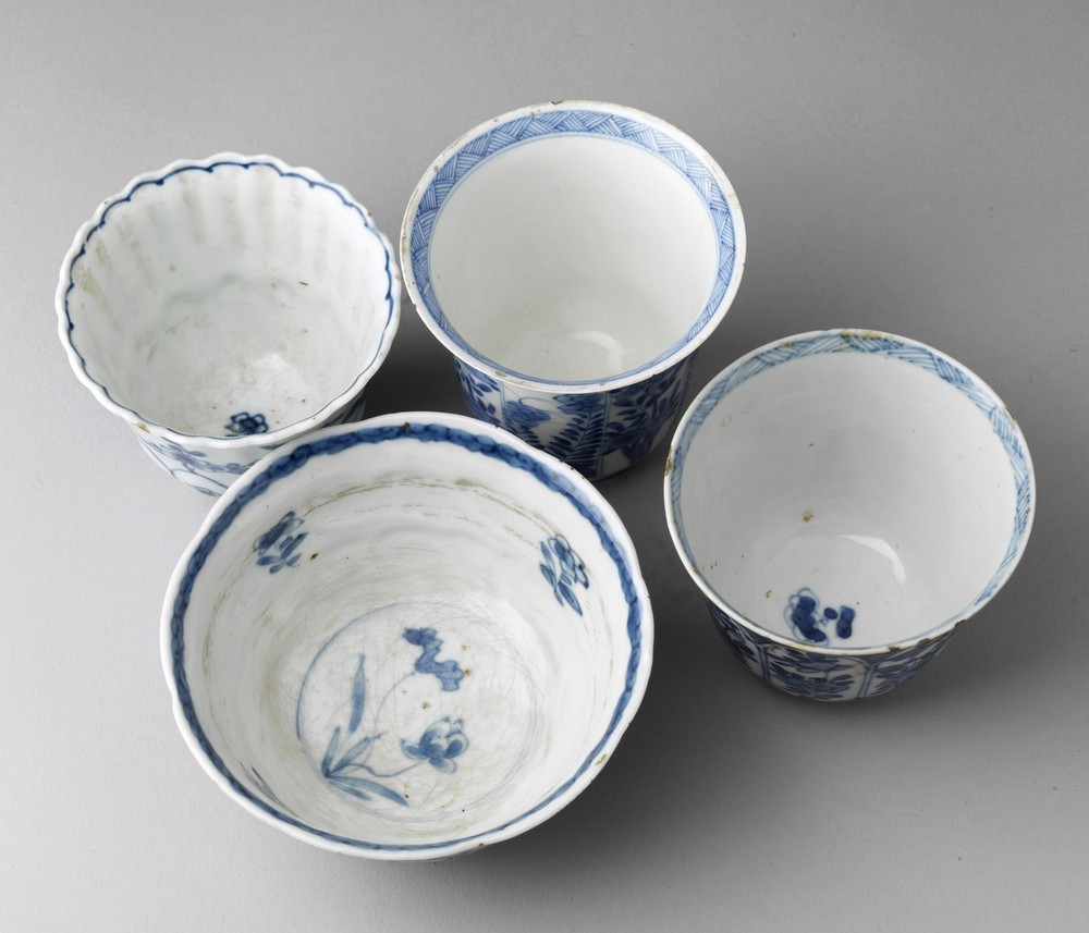 Arte Cinese A group of four blue and white porcelain bowl and cups China, Qing dynasty, early 17th - Image 2 of 3
