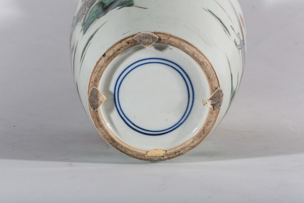 Arte Cinese A porcelain famille verte baluster vase bearing a double circle mark at the base China, - Image 4 of 4