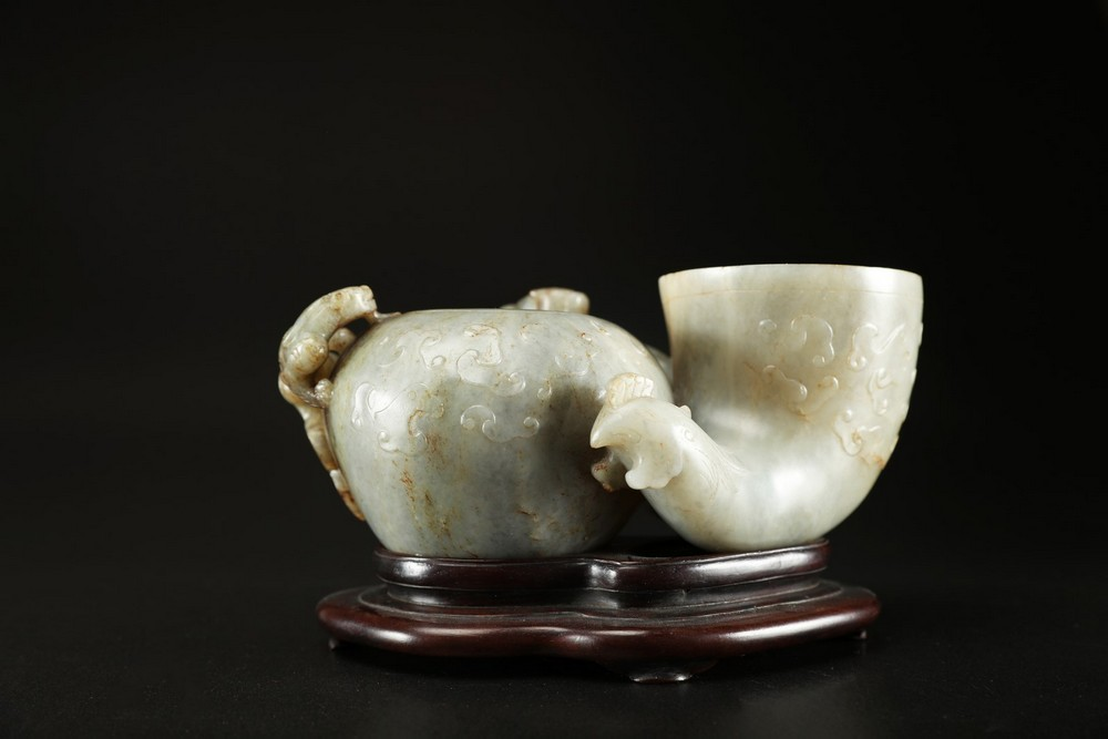 Arte Cinese A grey celadon jade brush holder in the shape of a quail and brush washer vase decorate