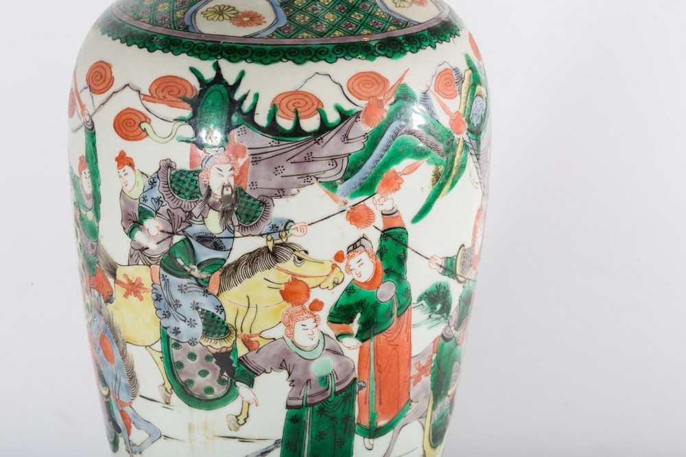 Arte Cinese A porcelain famille verte baluster vase bearing a double circle mark at the base China, - Image 2 of 4