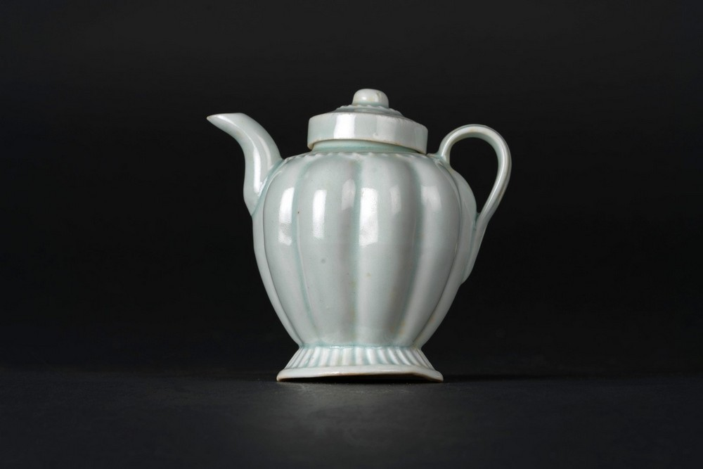 Arte Cinese A small proto porcelain Qingbai teapot and domed cover China, Song dynasty or later .