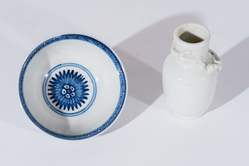 Arte Cinese A small white porcelain vase decorated with moulded chilong and small blue and white po - Image 2 of 3