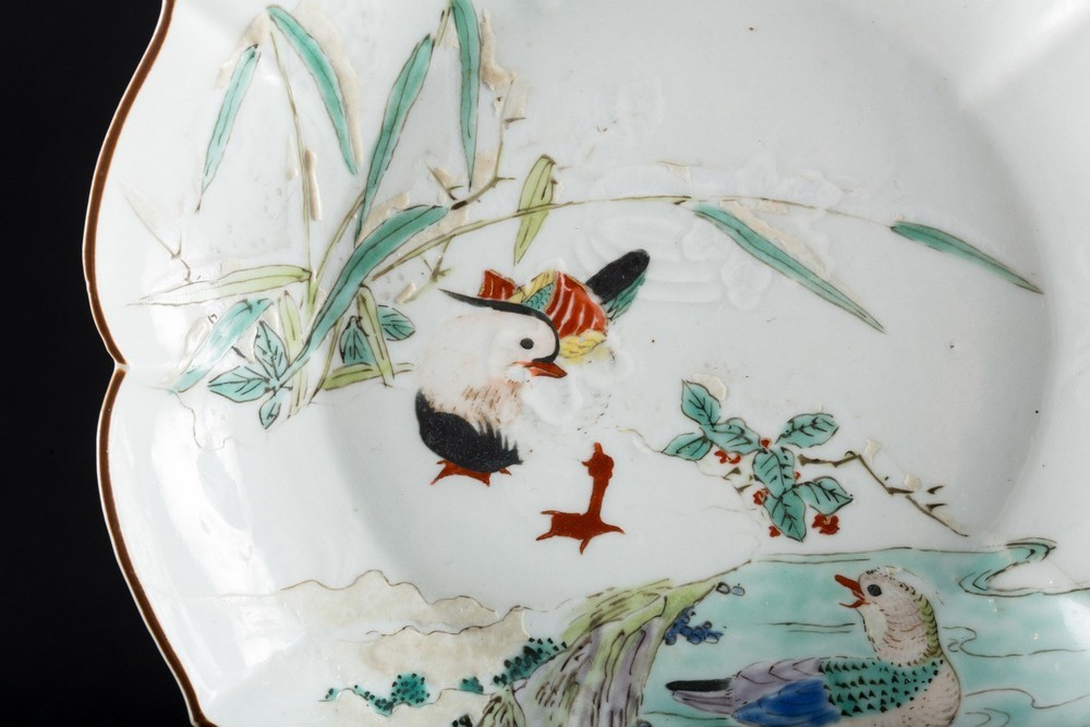 ARTE GIAPPONESE An enameled porcelain dish painted with a pond with ducksJapan, 19th century . - Image 2 of 4