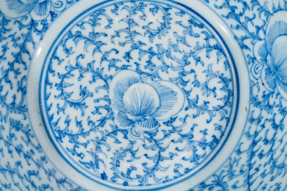 Arte Cinese Two blue and white porcelain bowls painted with dragon and flowers under transparent gl - Image 2 of 4