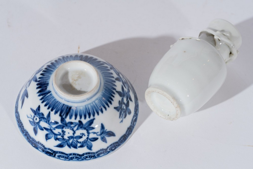 Arte Cinese A small white porcelain vase decorated with moulded chilong and small blue and white po - Image 3 of 3