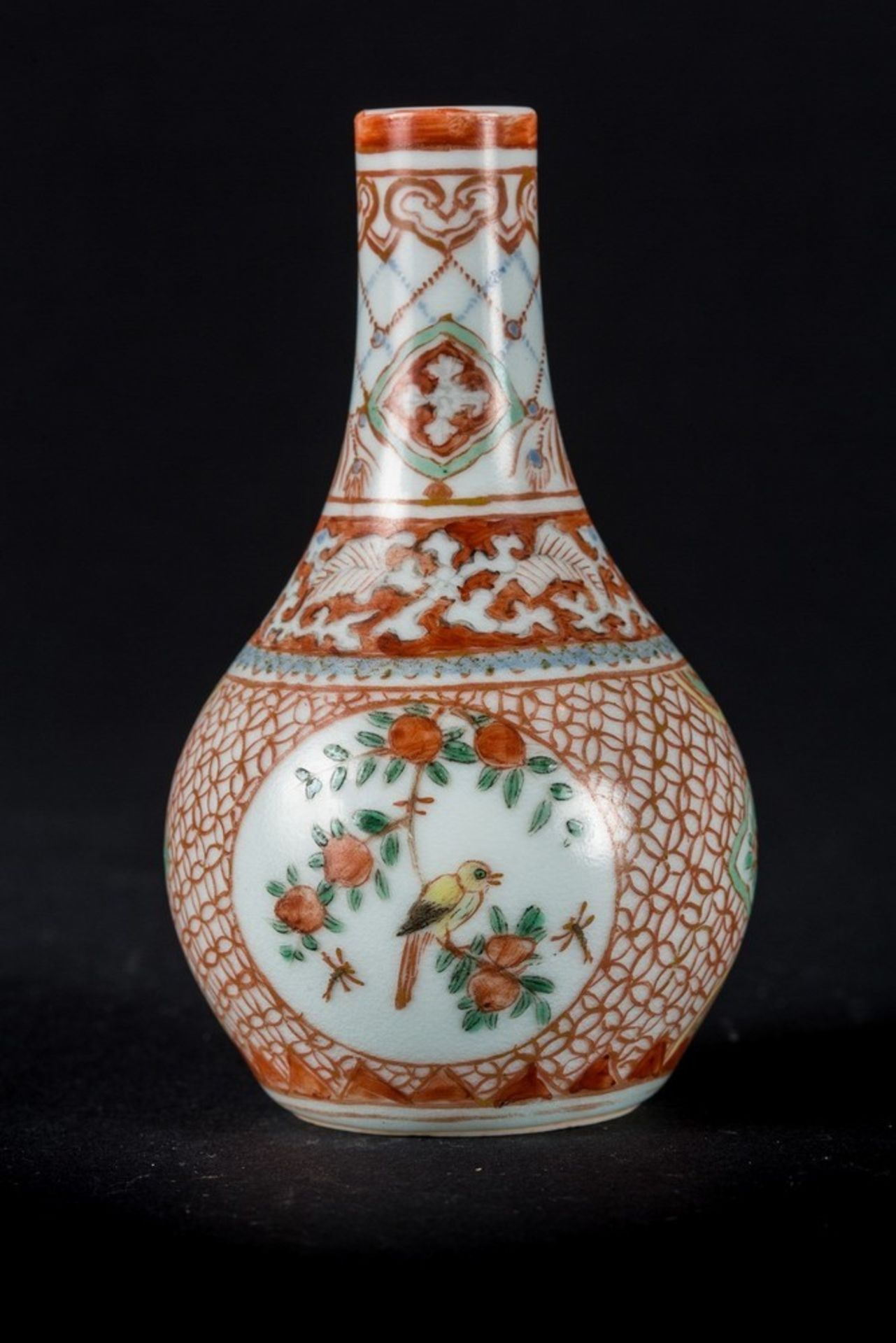 Arte Cinese A small porcelain vase painted with enameled blue underglaze and red overglaze, bearing - Image 3 of 4