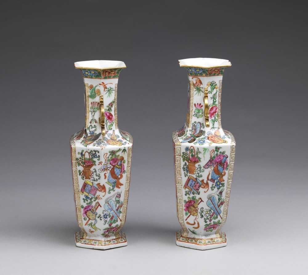 Arte Cinese A pair of porcelain Canton faceted vasesChina, Qing dynasty, early 19th century . - Image 3 of 4