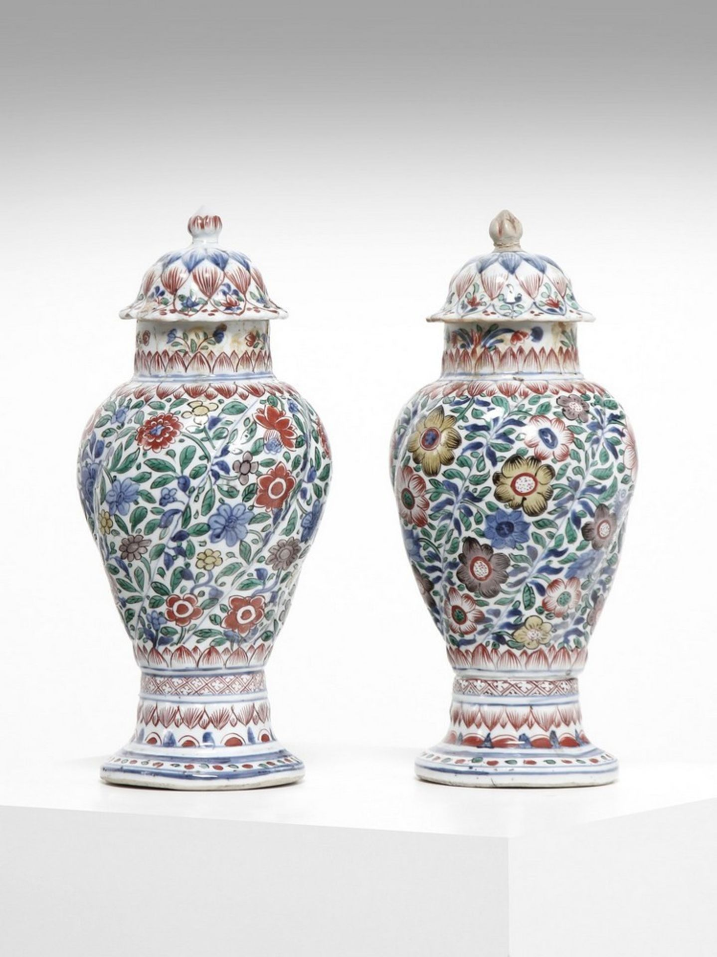 Arte Cinese A pair of porcelain wucai twisted vases China, Transitional period, 16th century .