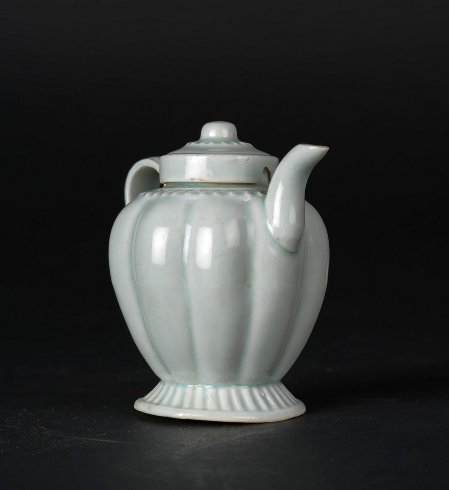 Arte Cinese A small proto porcelain Qingbai teapot and domed cover China, Song dynasty or later . - Image 2 of 3