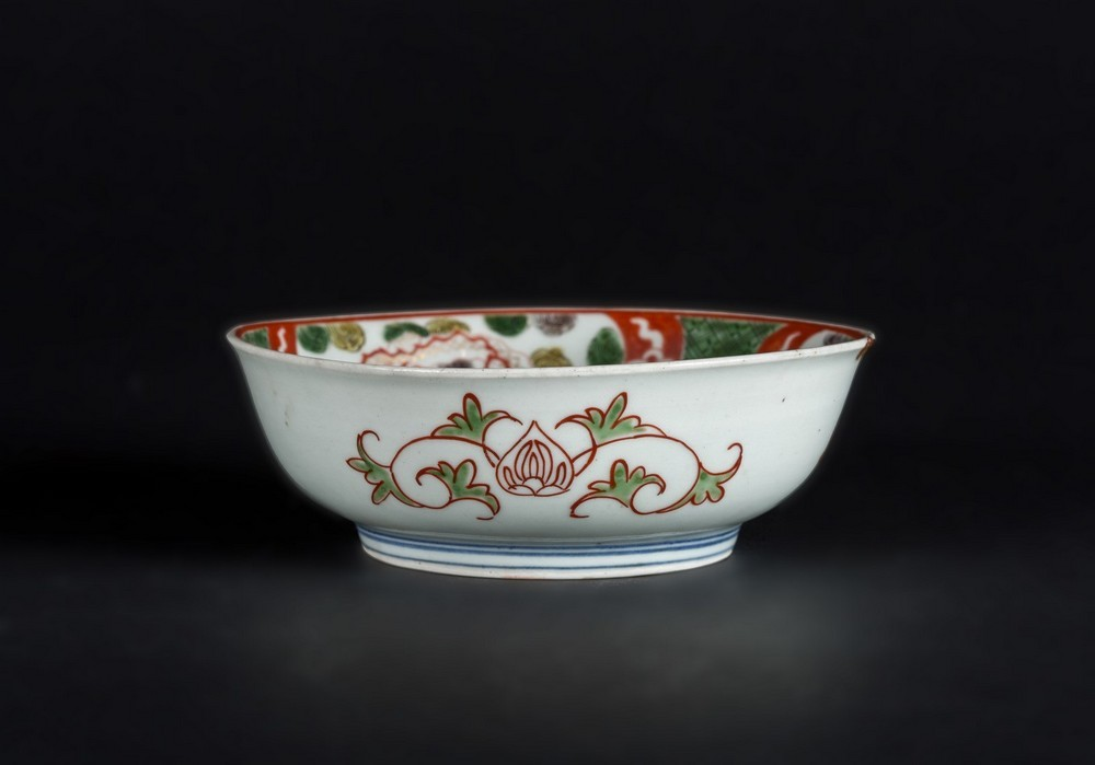 Arte Cinese A porcelain bowl enameled with dragons and vegetal motifs and bearing a mark within dou - Image 2 of 4
