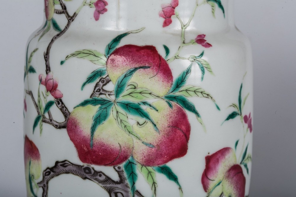 Arte Cinese A porcelain famille rose vase painted with peaches and a bat and bearing a mark at the - Image 4 of 4