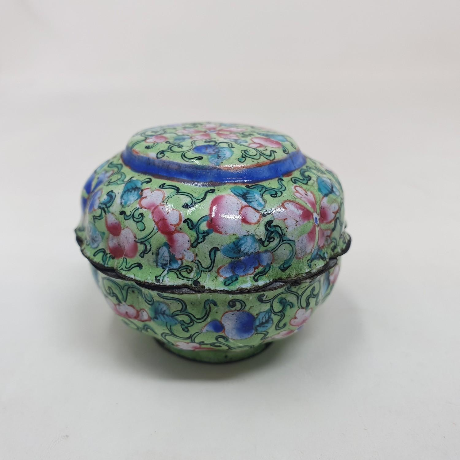 A Canton enamel pot and cover, decorated flowers on a green ground, 3 cm diameter - Image 3 of 5