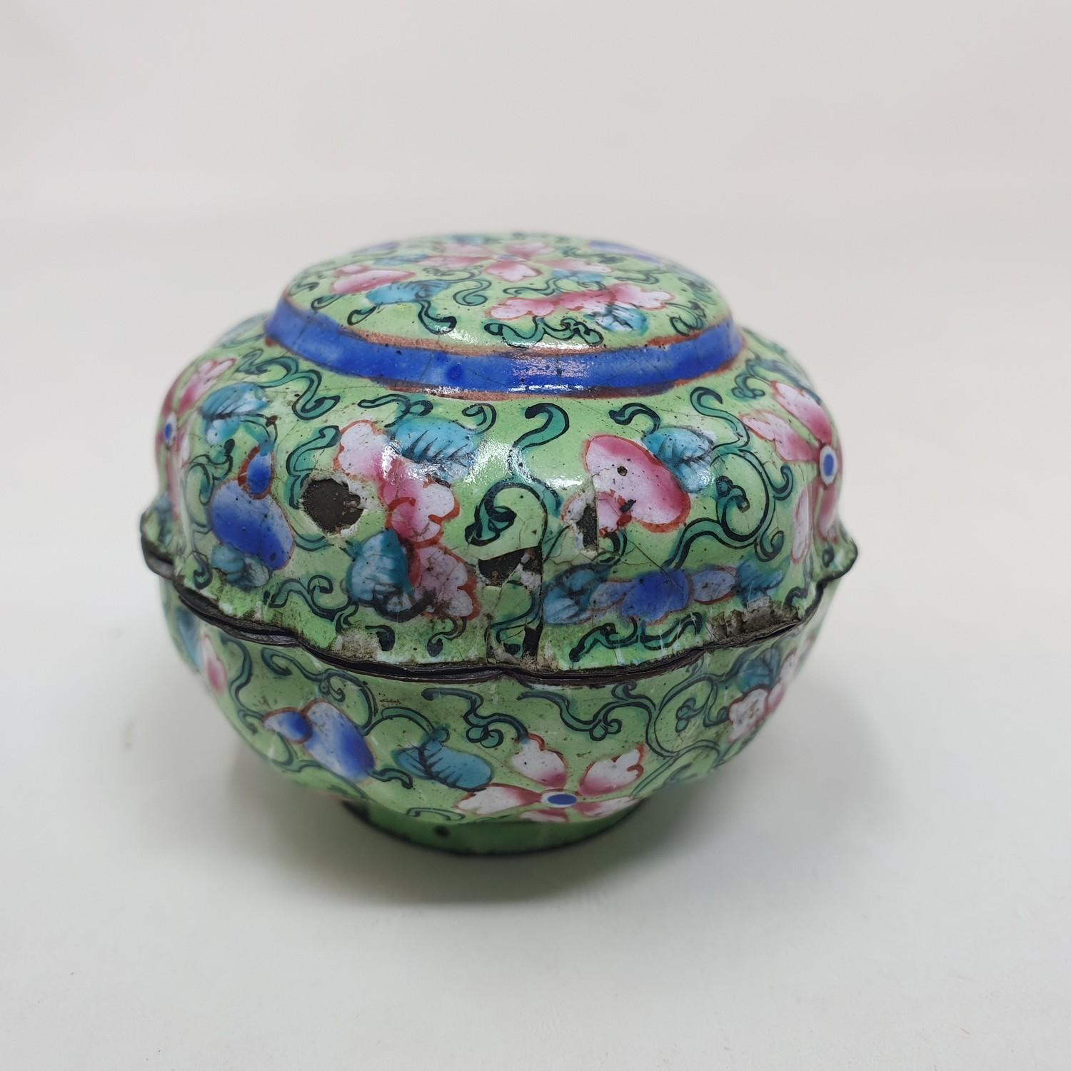 A Canton enamel pot and cover, decorated flowers on a green ground, 3 cm diameter - Image 4 of 5
