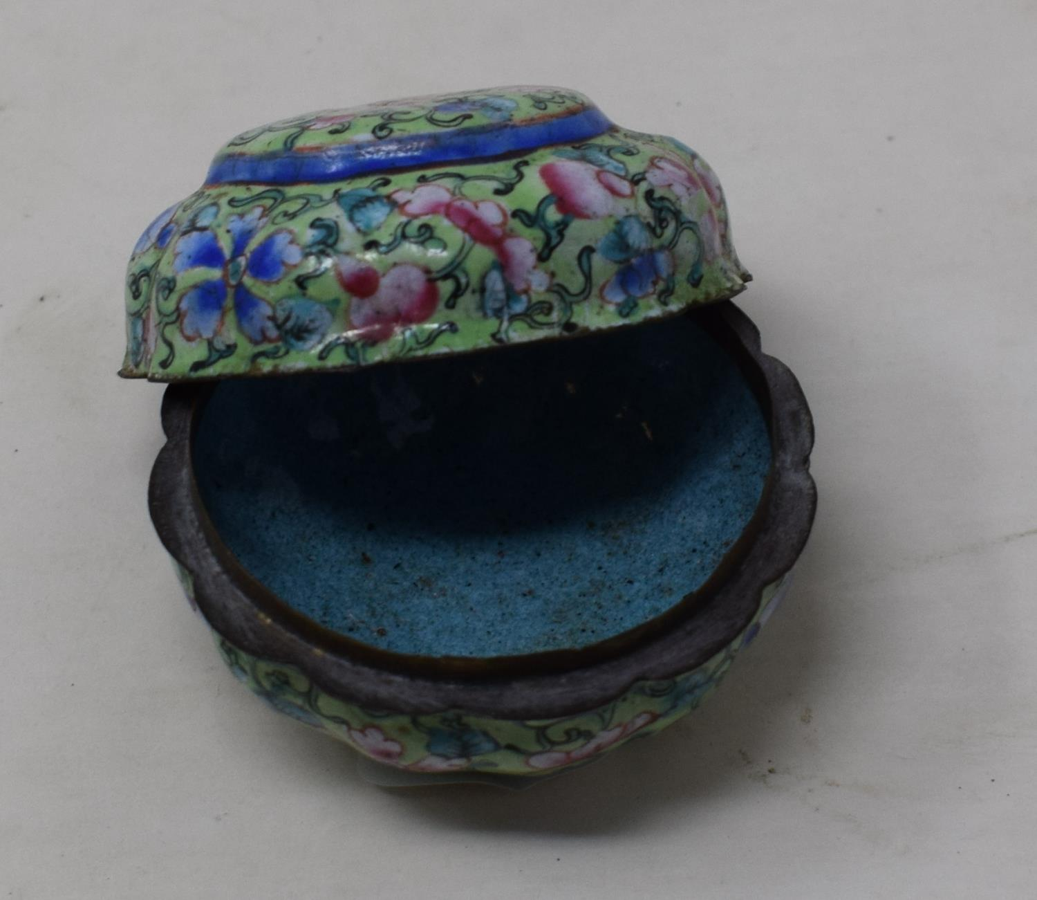 A Canton enamel pot and cover, decorated flowers on a green ground, 3 cm diameter - Image 5 of 5