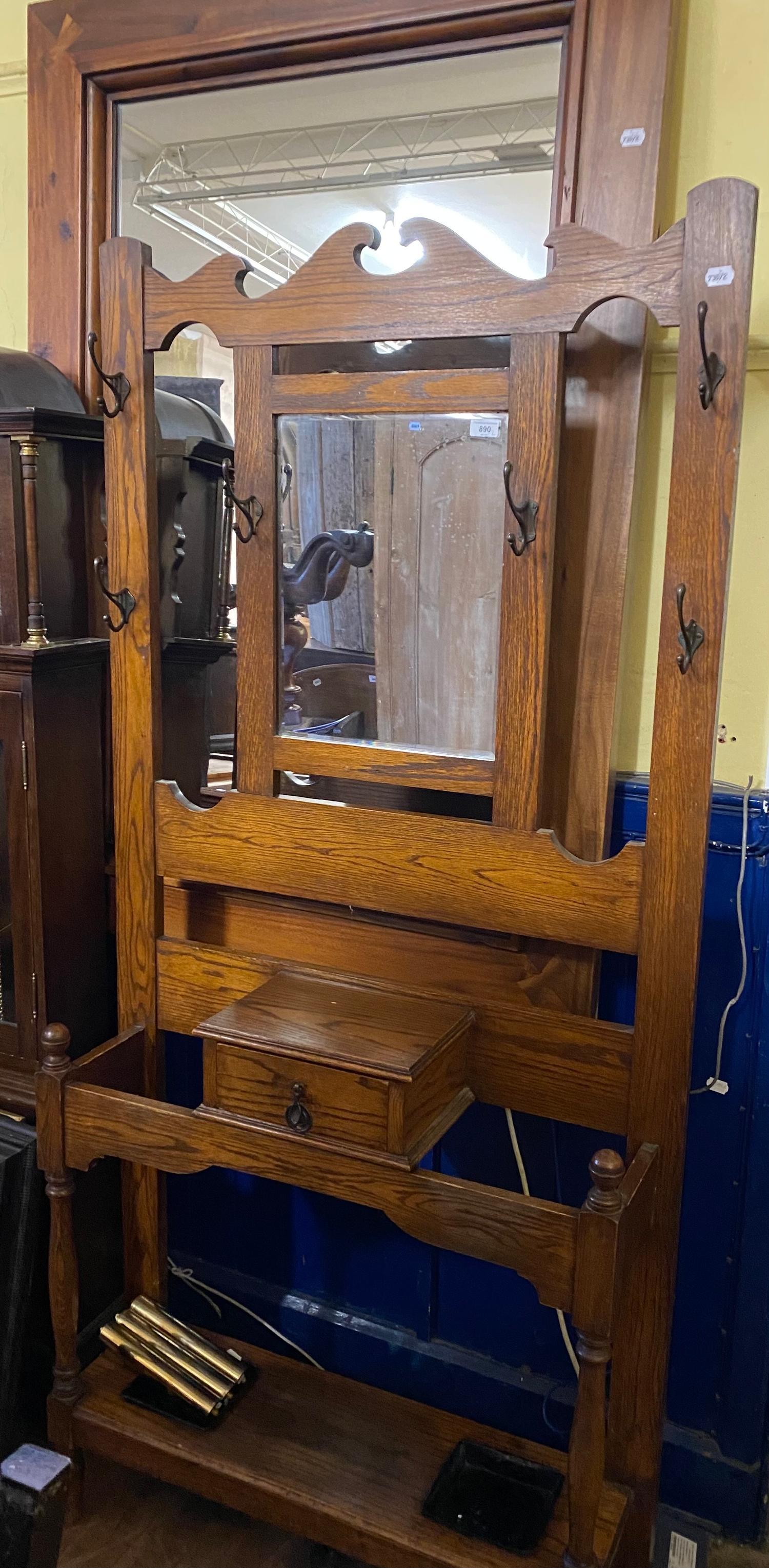 An oak hall stand, 92 cm wide, and a wall mirror (2)