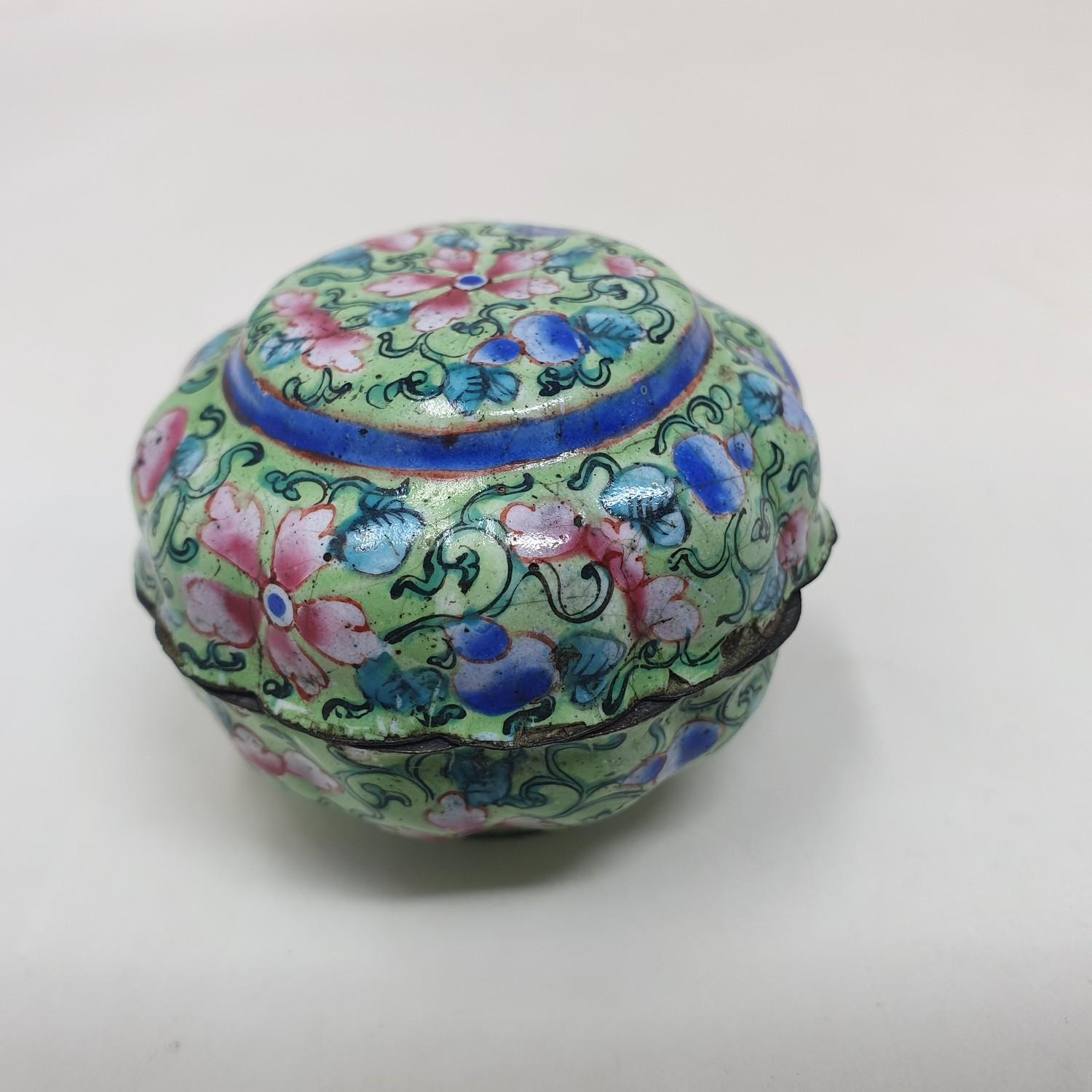 A Canton enamel pot and cover, decorated flowers on a green ground, 3 cm diameter - Image 2 of 5