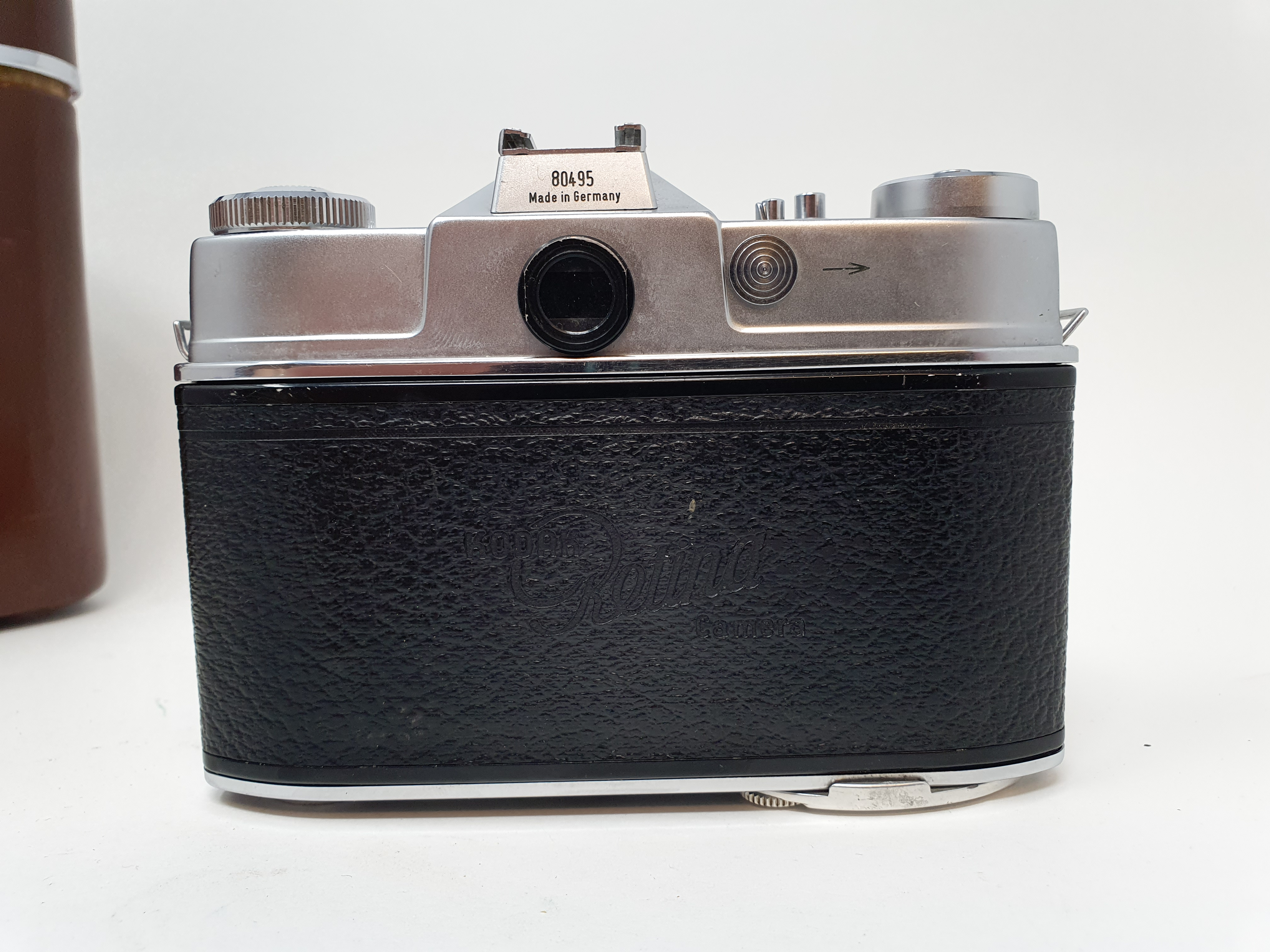 A Kodak Retina Reflex S, serial number 80495, with two extra lenses, in leather carrying case - Image 5 of 6
