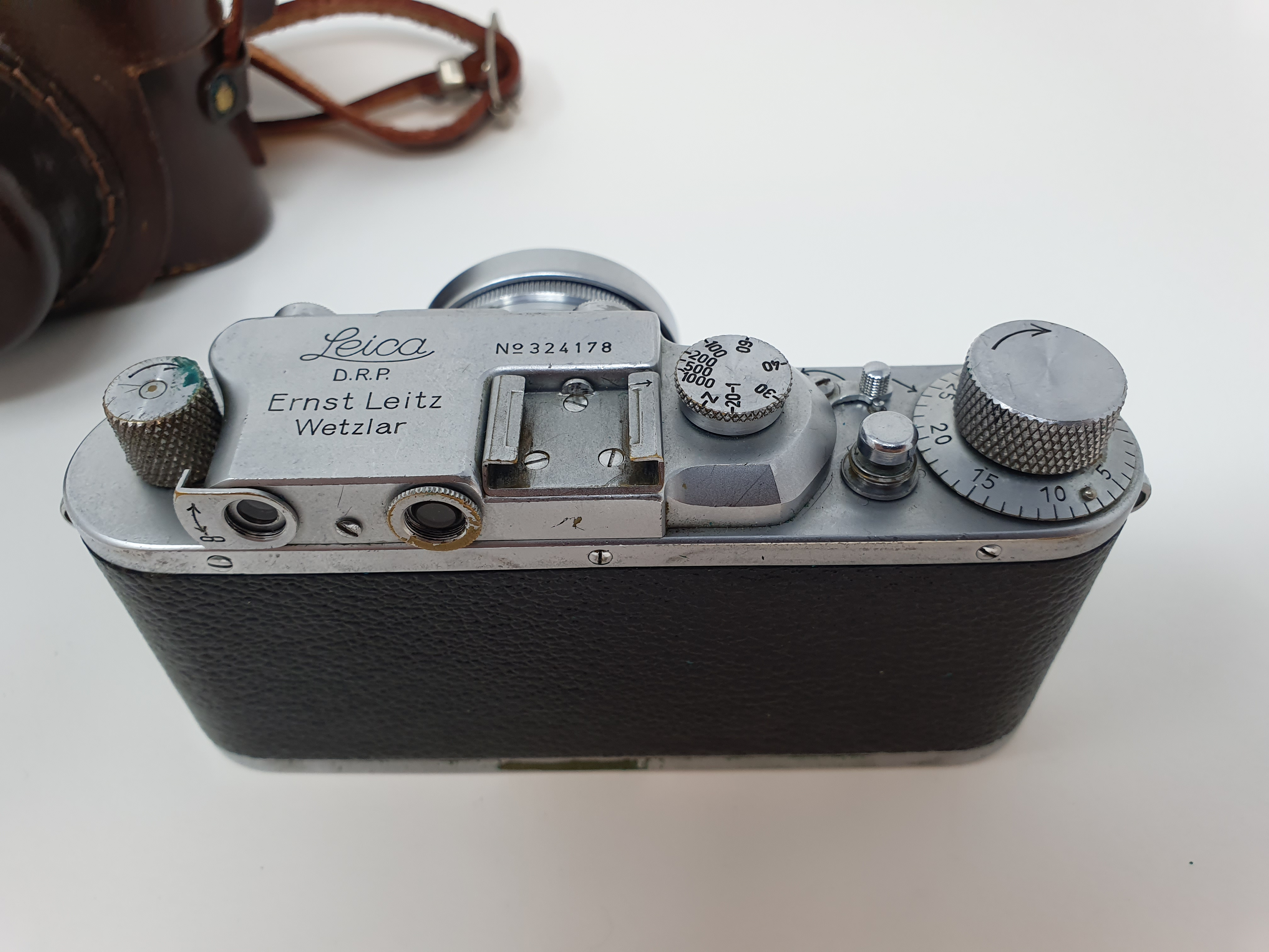 A Leica IIIa camera, serial number 324178, with leather outer case Provenance: Part of a vast single - Image 3 of 4