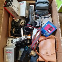 A Vivital Thyristor 3500 and various assorted photography items (box) Provenance: Part of a vast