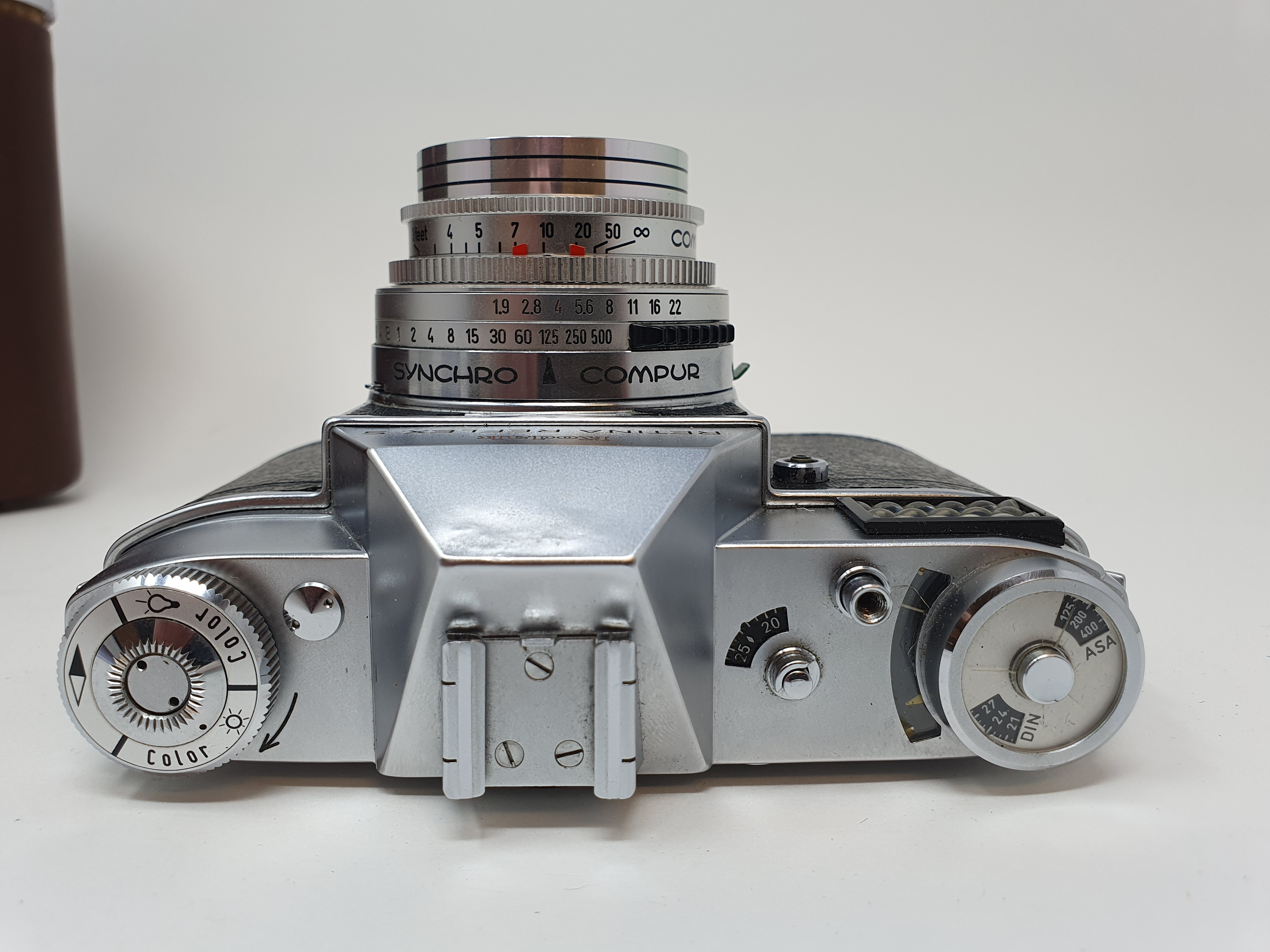 A Kodak Retina Reflex S, serial number 80495, with two extra lenses, in leather carrying case - Image 4 of 6