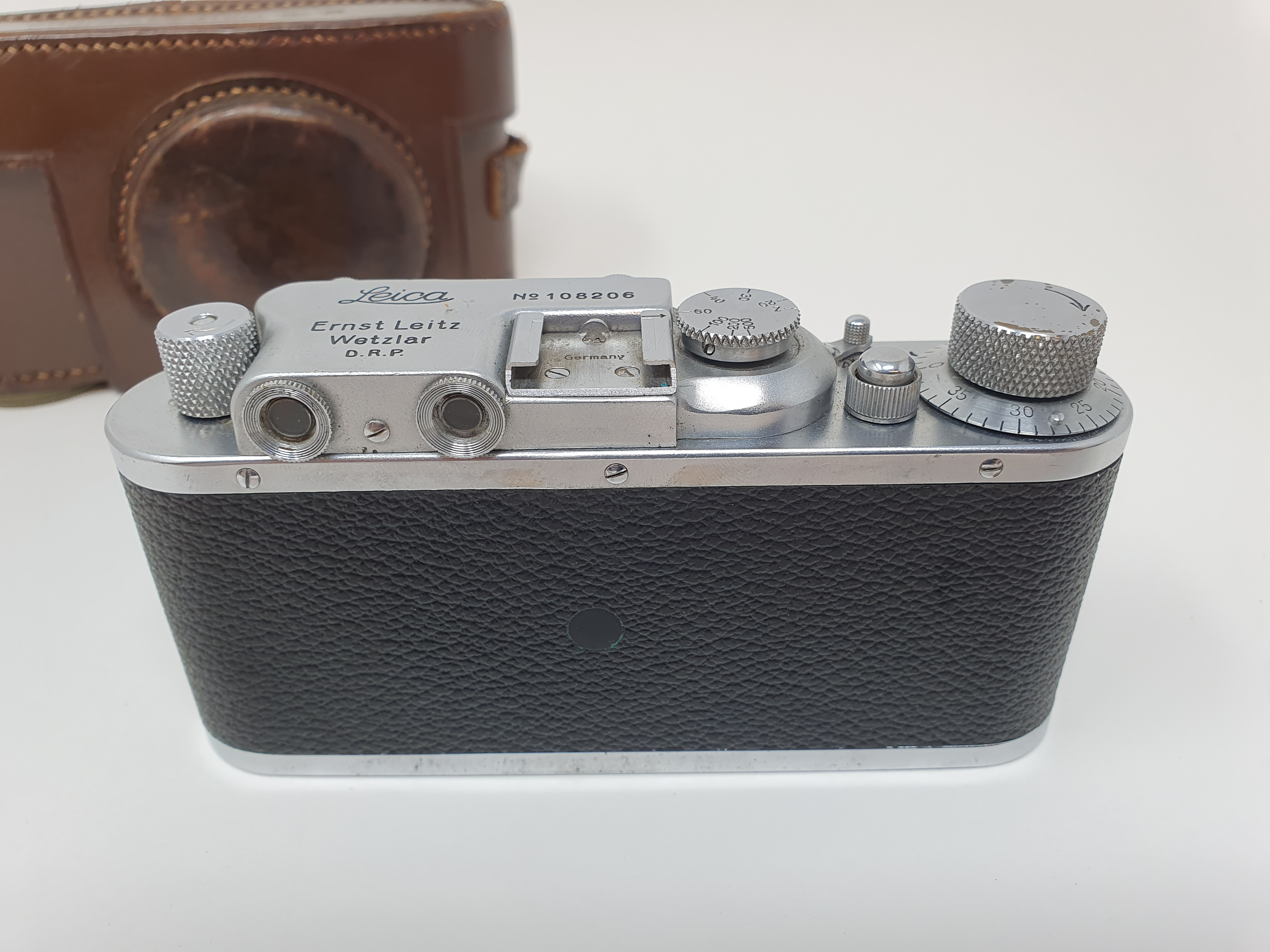 A Leica II camera, serial number 108206, with leather outer case Provenance: Part of a vast single - Image 2 of 4