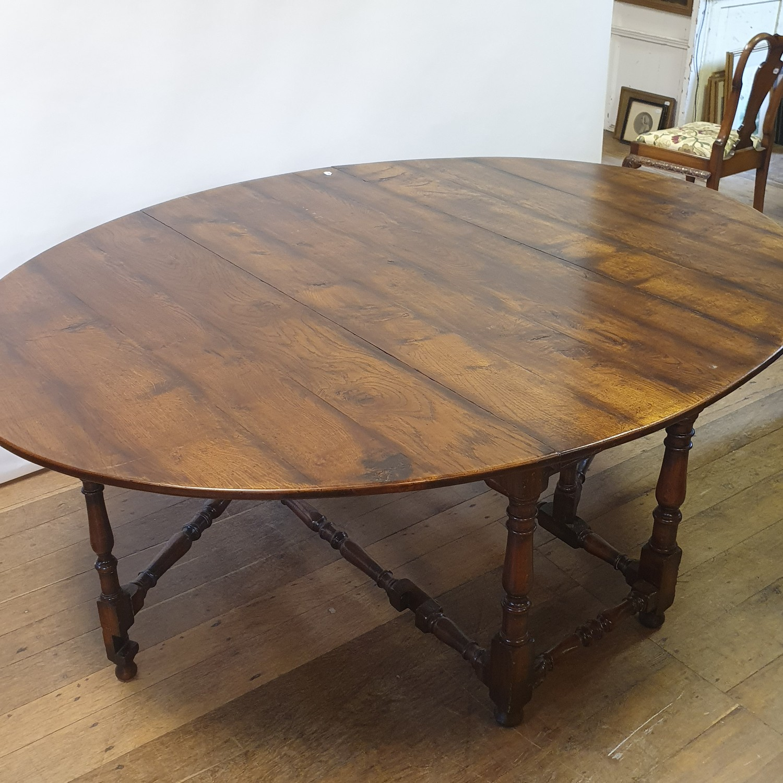 An 18th century style oak gateleg table, 158 cm wide - Image 4 of 6